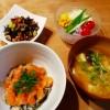 サーモンたたき丼、ひじきの煮物