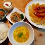 羽根つき餃子、春雨サラダ、杏仁豆腐の献立