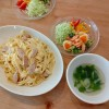 チーズクリームパスタ、海老と卵のサラダ